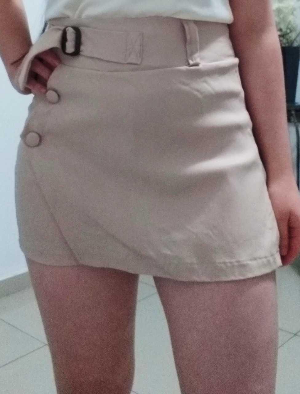 Shorts saias com botões e cinto lateral