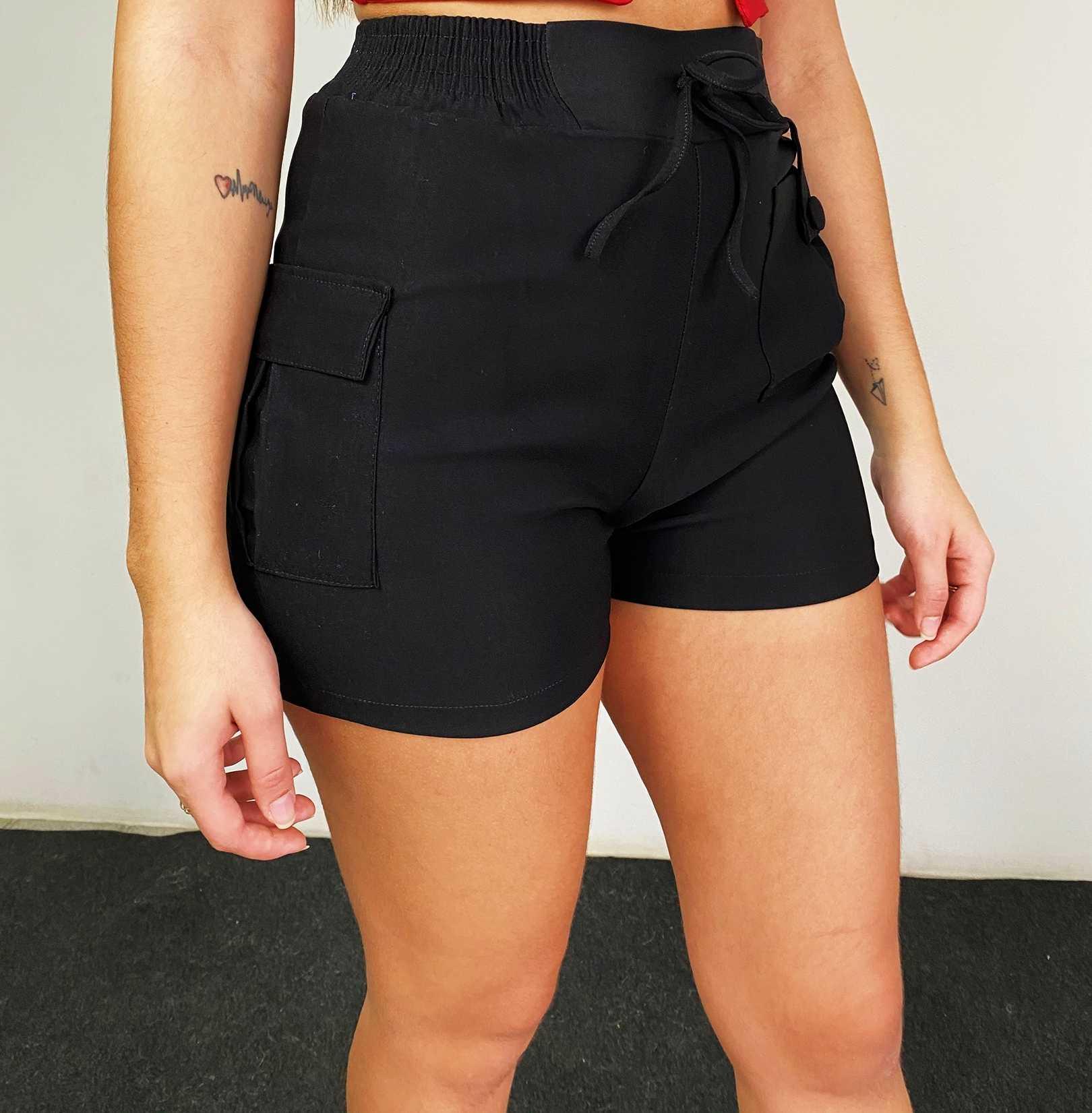 Shorts com cós de elástico e bolsos, ambos na lateral